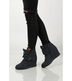 kobieta w sneakersach