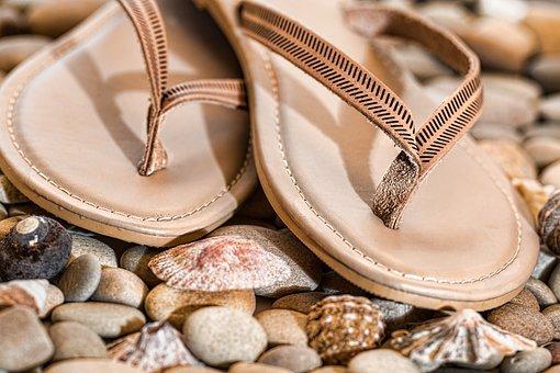Jak i z czym nosić modnie klapki?